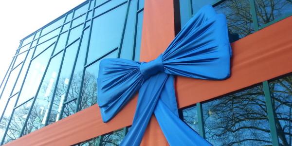 grote strik, oranje en blauw